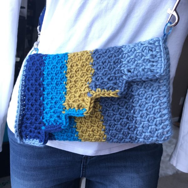 The Tunisian Honeycomb Purse is a fun, quick project to learn tunisian simple and purl stitches. It uses less yarn than a Caron x Pantone braid, so dive into your stash of bulky weight to get started this weekend. #CreationsbyCourtney #Freecrochetpattern